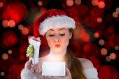 在打开一个礼物的圣诞老人服装的性感女孩 — 图库照片
