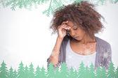 Triste mulher segurando a testa com a mão — Foto Stock