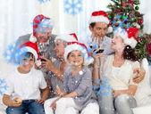 οικογένεια γιορτάζει τα χριστούγεννα — Φωτογραφία Αρχείου