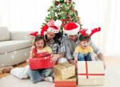 Familie openen kerstcadeaus — Stockfoto