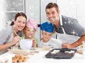 Joyful family cooking littles cakes — Foto Stock