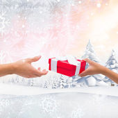 Couple passing wrapped gift — Stockfoto