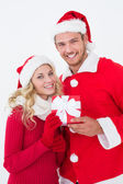 Attractive young couple wearing santa hats with gift — Stock fotografie