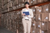 Pretty warehouse manager using tablet pc — Stockfoto