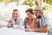 Happy friends enjoying coffee together — Stock Photo