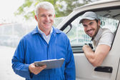 Delivery driver with customer — Stock Photo