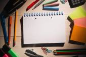 Students table with school supplies — Stock fotografie