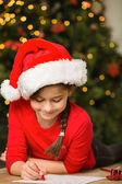 Dziewczynka pisząc list do santa na boże narodzenie — Zdjęcie stockowe