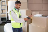 Warehouse worker scanning box — Stockfoto