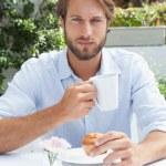 uomo riflessivo, avendo un caffè — Foto Stock #53922003