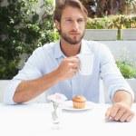 uomo riflessivo, avendo un caffè — Foto Stock #53924135