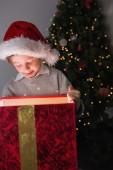 Barn öppnar sin julklapp — Stockfoto