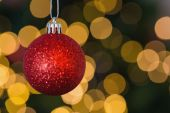 Red christmas ball decoration hanging — Stockfoto