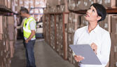 Warehouse manager checking inventory — 图库照片