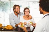 Barista dienen twee tevreden klanten — Stockfoto