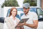 Driver di consegna risultati dove firmare al cliente — Foto Stock