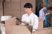 Warehouse manager using calculator — Foto Stock