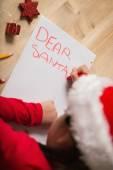 Küçük kız Noel'de Noel Baba'ya mektup yazma — Stok fotoğraf