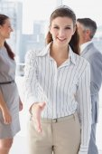 Smiling business woman offering handshake — Stockfoto