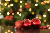 Focus on red christmas baubles — Stockfoto