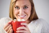 Pretty blonde enjoying hot chocolate on the couch — Zdjęcie stockowe