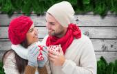 Winter couple holding mugs — Stockfoto