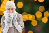 Woman in warm clothing holding mugs — Foto Stock