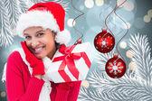 Złożony obraz prezent świąteczny brunetka gospodarstwa — Zdjęcie stockowe