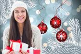 Obraz kompozytowy prezenty świąteczne brunetka gospodarstwa — Zdjęcie stockowe