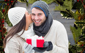 Winter couple holding gift — Foto de Stock