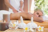 žena přijímá masáž zad — Stock fotografie
