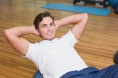 Man doing sit up on exercise ball — Foto Stock