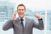 Glada affärsman med mobiltelefon — Stockfoto