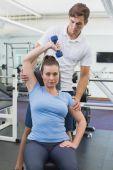 Persönlicher Trainer hilft Client Aufzug Hantel — Stockfoto