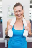 Fit brunette smiling at camera in fitness studio — Foto Stock