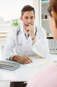Doctor in discussion with patient at desk — Stock Photo