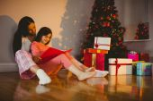 Mother and daughter waiting for santa claus — Stockfoto