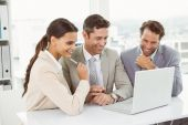 Business people using laptop in office — Stockfoto