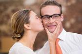 Young woman kissing man — Stockfoto