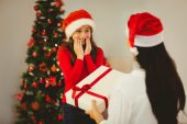 Mother giving her daughter a christmas present — ストック写真