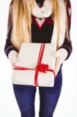 Feestelijke blonde houden een geschenk — Stockfoto