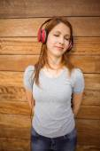 Retrato de uma mulher brincalhão dançar enquanto ouve música — Fotografia Stock