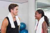 Personal trainer and client smiling at each other — Foto Stock