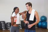 Personal trainer and client chatting — Stock Photo