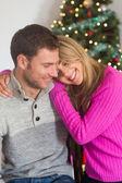Femme souriante, étreignant son petit ami — Photo