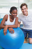 Personal trainer and client smiling — Stock Photo