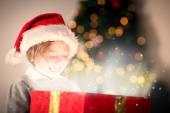 Sammansatt bild av barnet öppnar sin julklapp — Stockfoto