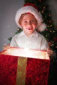 Imagem composta de criança abrir seu presente de Natal — Fotografia Stock