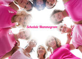 Fröhliche frauen lächeln im kreis tragen rosa für brustkrebs — Stockfoto