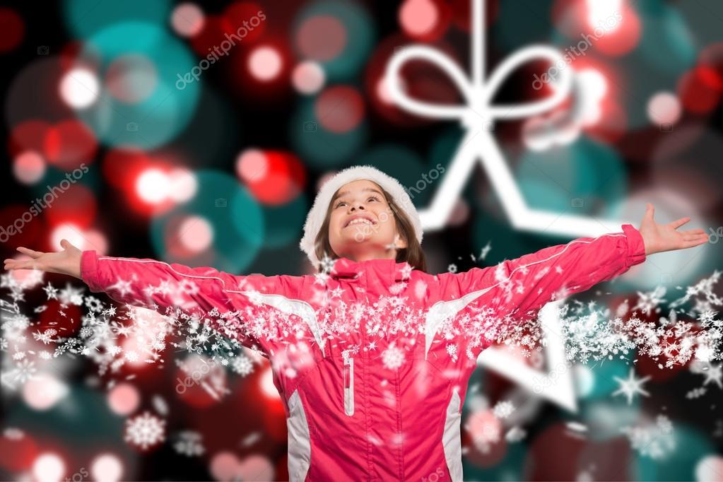 可爱的女孩,在冬天的衣服与武器出圣诞背景模糊